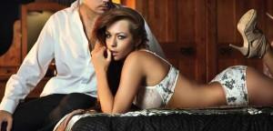 mulher-sexy-lingerie-seduzindo-cama